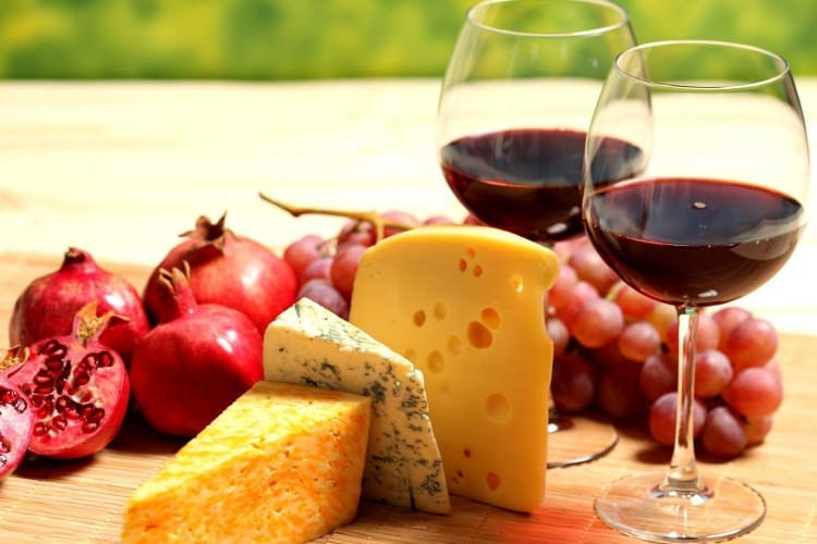 bokaly vino krasnoe syr granat vinograd frukt e