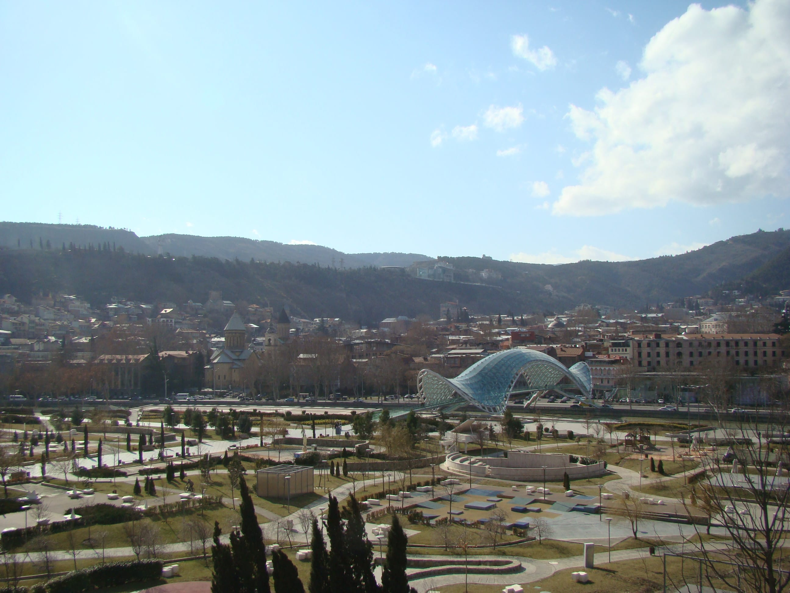 Мост Мира - уникальное сооружение в Тбилиси