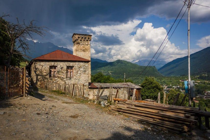 Местия – поселок высоко в горах