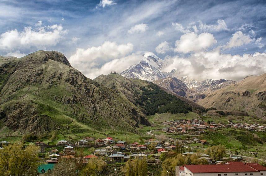 Казбеги (Степанцминда) - город у подножия горы