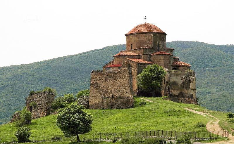 В храме монастыря VIIв. Джвари в Грузии проходят реабилитационные работы