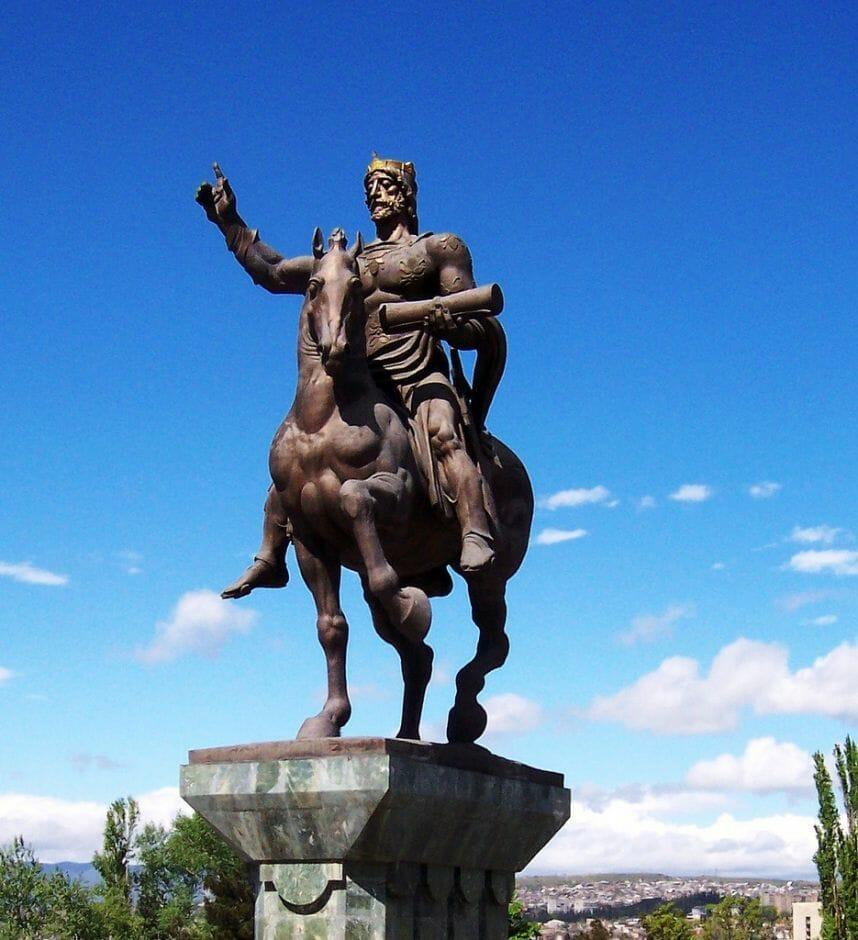Pamyatnik Davidu Stroitelyu v Tbilisi