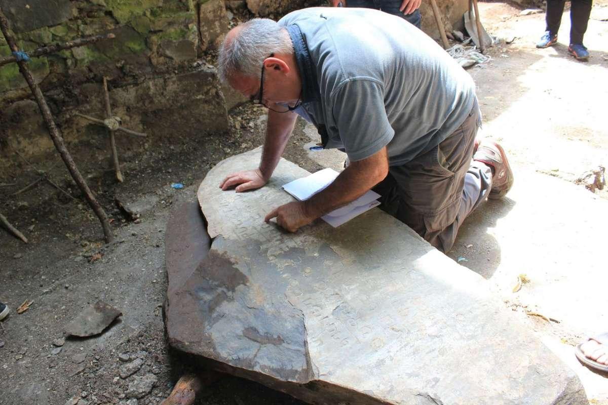 В Кахетии обнаружили древнюю плиту с уникальными надписями на асомтаврули