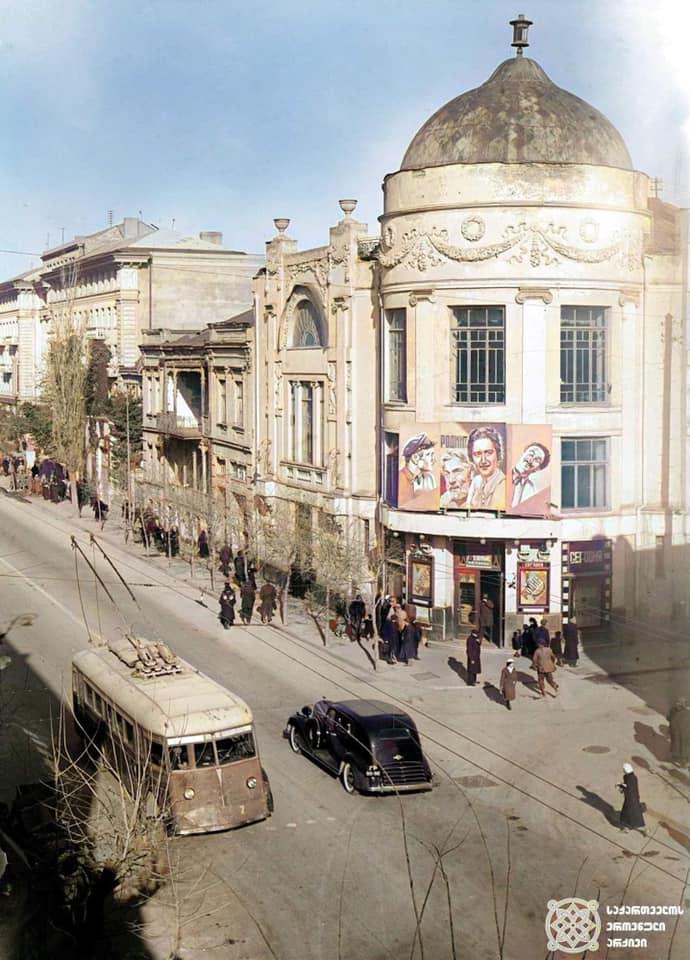 """""""Аполло"""" - судьба последнего из старейших кинотеатров Тбилиси"""